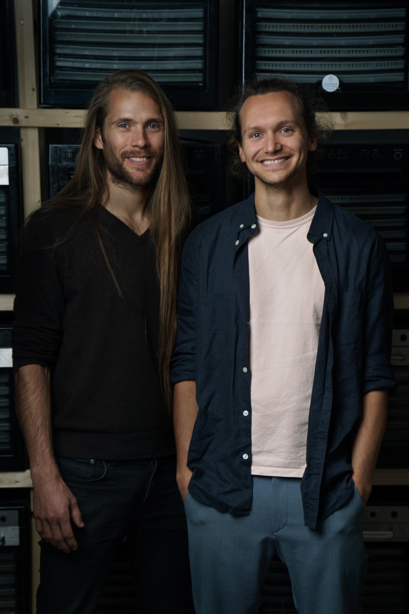 Die AHO-Gründer Alex & Jannis (re.) vor ihrer Wand aus Dörrautomaten